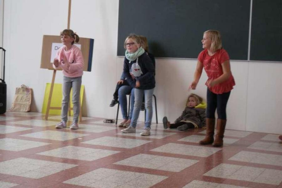 Deze meisjes houden van dansen op muziek. Goed gedaan Florien, Cara en Fleur.
