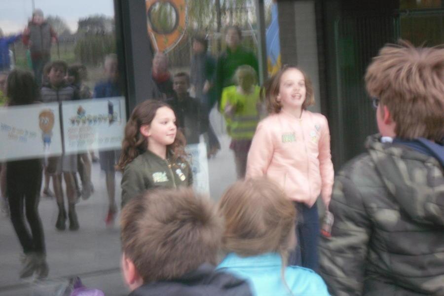Isalie en Fee toonden enthousiast de bewegingen op het lied.