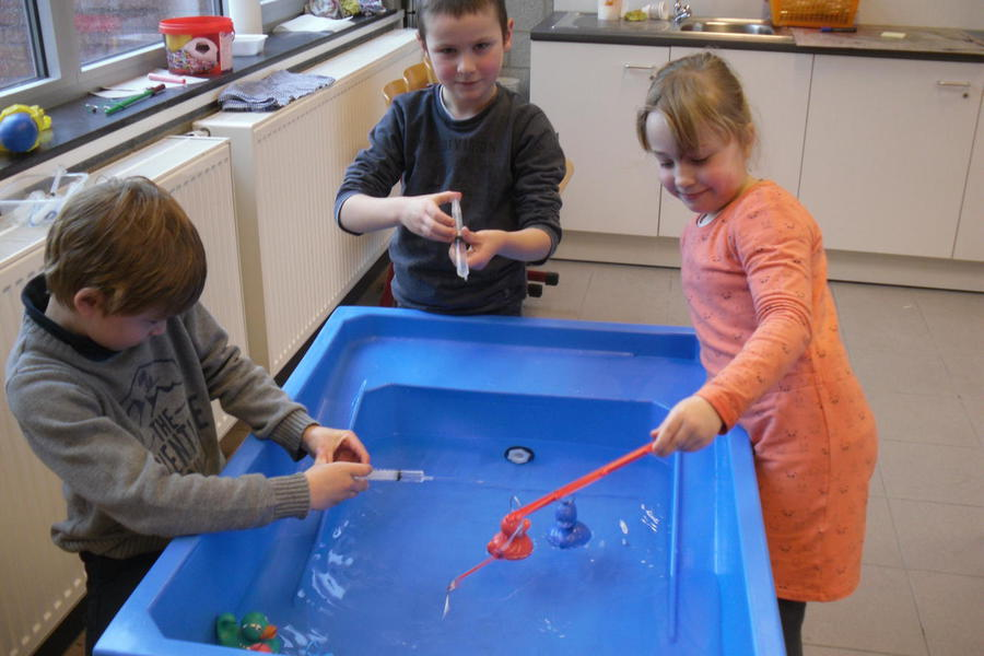 experimenteren met sponsen, spuitjes, watergeweertjes en natuurlijk eendjes vangen.