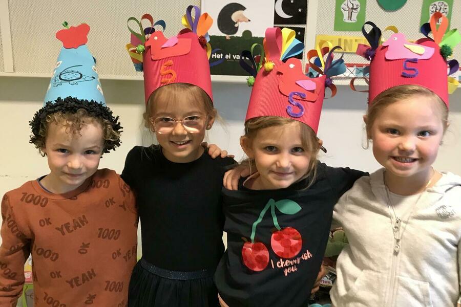 Onze drie eendjes Estelle, Ellie en Yolene waren jarig tijdens onze lockdown. We maakten nog een kroon voor hen in de klas.